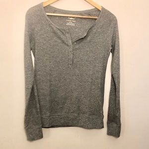 EUC—AE lightweight thermal henley w/silver detail